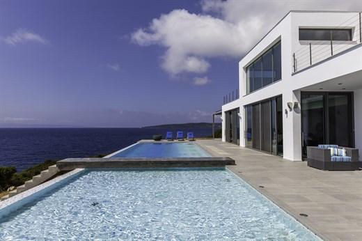 Pool und Zugang zum Meer