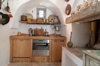 The well-equipped kitchen with wood-burning oven!