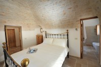 The double bedroom in Trullo Pietra.