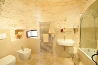 The adjacent bathroom of the twin bedroom in Trullo Bianco.