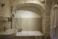 The family bathroom in Trullo Bianco.