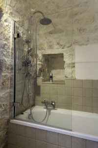The family bathroom in Trullo Pietra.