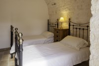 The twin room in Trullo Pietra.