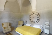13/60 One of the bedrooms on the ground floor, with its original church clock! (ph.Massimo Listri)