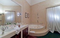22/40 ... and its en-suite bathroom with Jacuzzi bath.